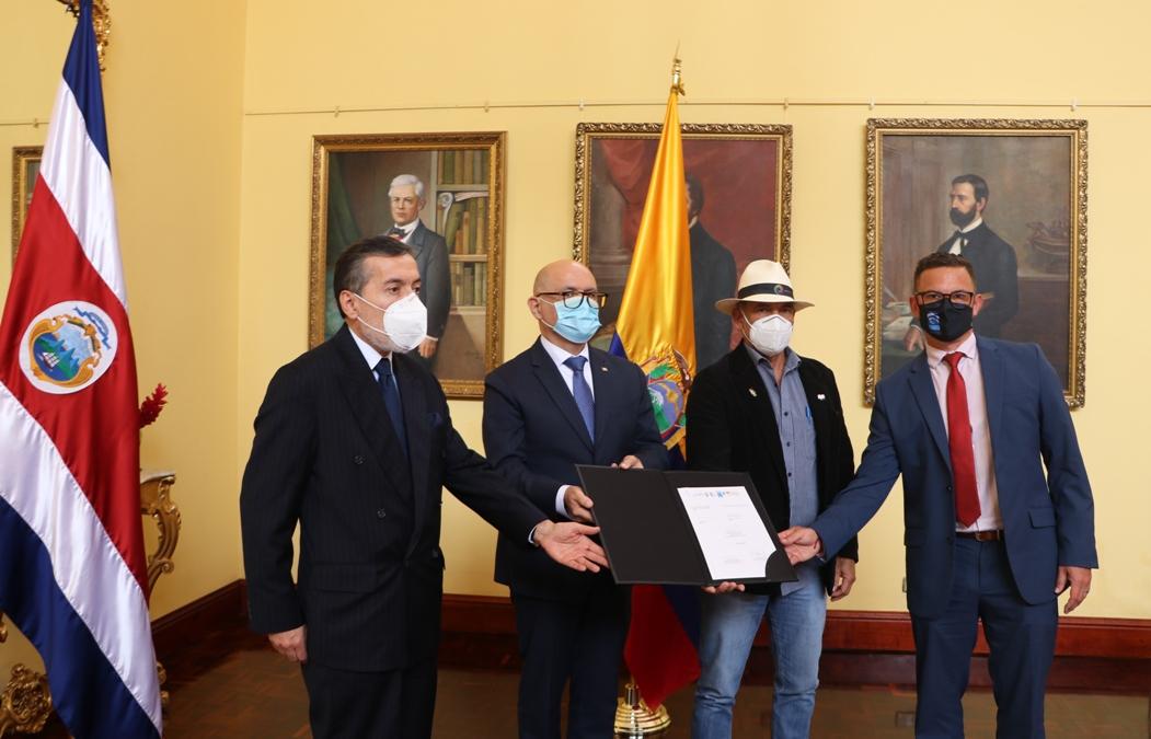 Ecuador y Costa Rica unen esfuerzos para luchar contra la pesca INDNR